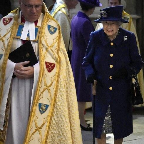 Reina Elizabeth II sorprende al salir con bastón