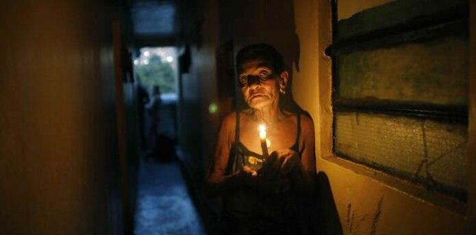 Molestos, los habitantes ven la oscuridad como un símbolo de su miseria. (AP)