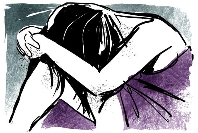 La víctima relató que el hombre roció gasolina en el suelo del baño para prenderle fuego, pero ella logró quitarles fósforos. (Archivo)