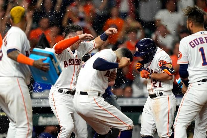 Los Astros de Houston celebran el grand slam de José Altuve que dio la victoria a su equipo contra los Rangers de Texas, el 15 de junio de 2021, en Houston.