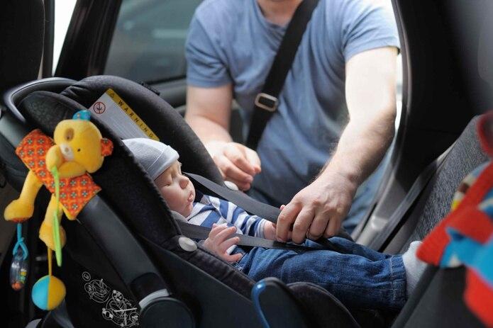 Utiliza un asiento protector adecuado dependiendo de la edad y el tamaño de cada niño.