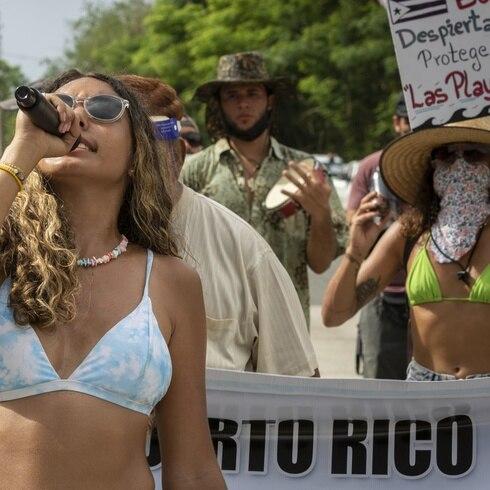 Marchan en Rincón en defensa de la playa Los Almendros