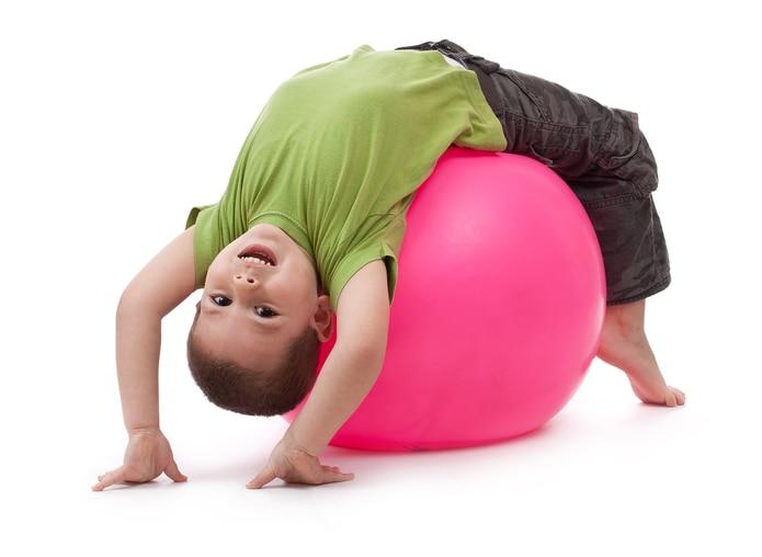 Utilice cosas que tiene en la casa y que anime a sus hijos a moverse. Pueden ser bolas, cajas o hasta latas de comida.