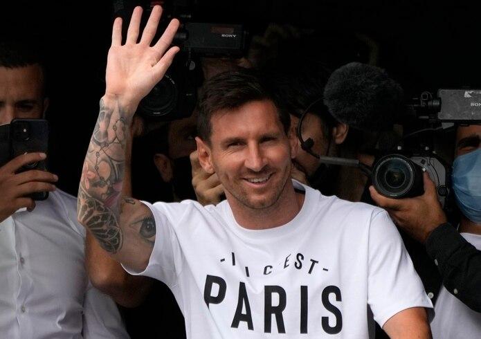 Lionel Messi saluda al arribar al aeropuerto Le Bourget, al norte de París, para integrarse al Paris Saint-Germain el martes, 10 de agosto del 2021.   (AP Foto/Francois Mori)