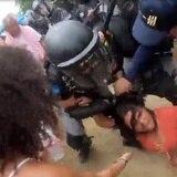 Instante de choque entre policía y manifestante en Rincón