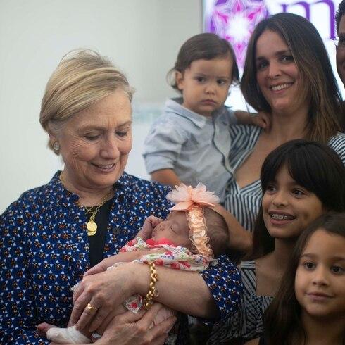 Hillary Clinton saca la cara por las embarazadas en la isla