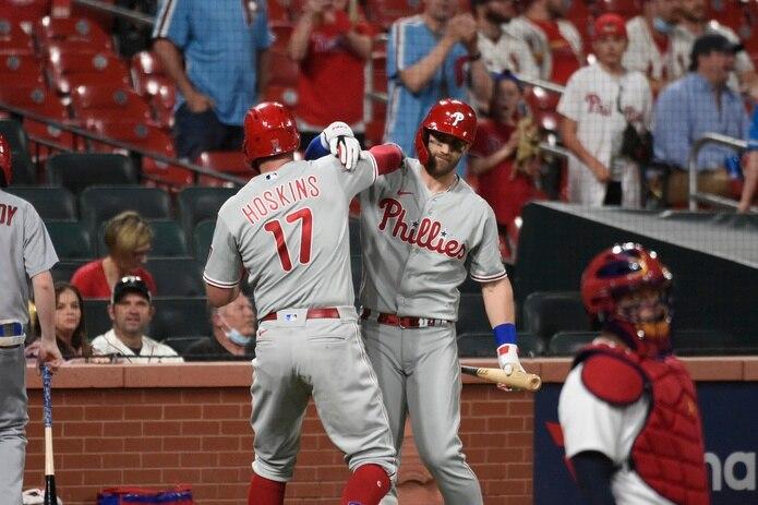Rhys Hoskins y Bryce Harper celebran tras un vuelacercas del primero en la octava entrada del choque ante los Cardinals el lunes.