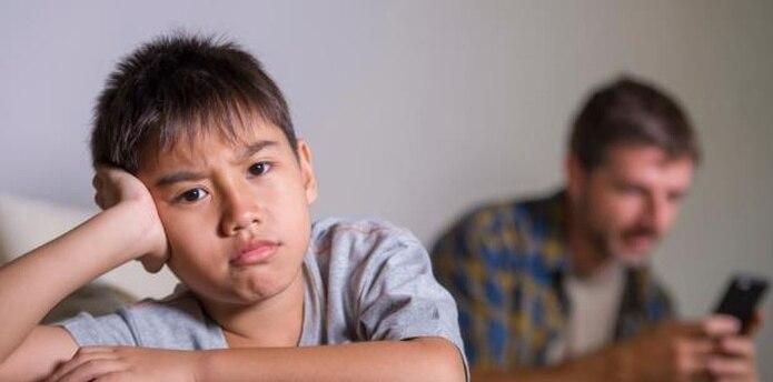Por lo general, el foco de la crítica hacia el uso excesivo de pantallas está puesto en el daño que estas les hacen a los menores de edad. (Shutterstock)