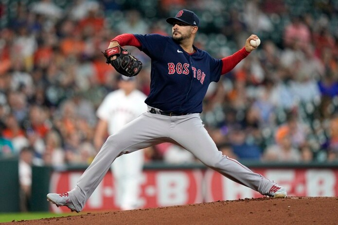 El lanzador abridor de los Red Sox, Martín Pérez, realiza un envío durante el choque del jueves ante los Astros.