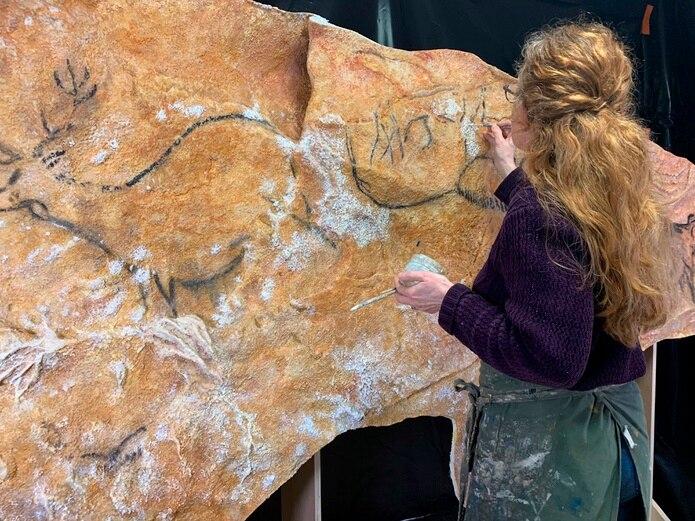 La artista argentina Lorena Acin trabaja en la elaboración de una réplica de la cueva prehistórica de Cosquer (sureste de Francia), cuyas 500 pinturas rupestres quedarán sumergidas por la subida del nivel del mar.