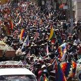 Reprimen con gases lacrimógenos marcha con féretros de fallecidos en operativo en Bolivia