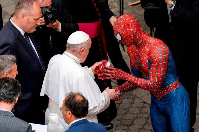 """El papa saluda a """"Spiderman"""" en el Vaticano."""
