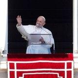 Papa Francisco se vacuna contra COVID-19