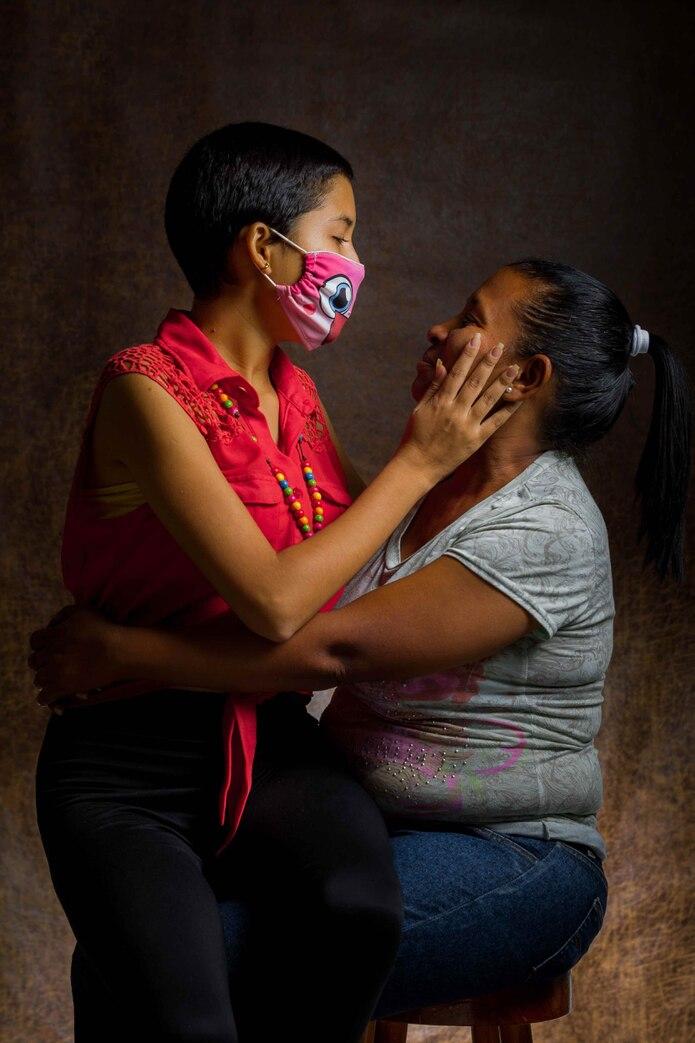 Rosa Colina posa con su hija Cristina, de 17 años. Cristina ha sido diagnosticada con Talasemia mayor, Lupus ertematoso sistémico y Hepatitis C. Está medicada con Exjade y debe realizarse transfusiones cada 21 días. (EFE)