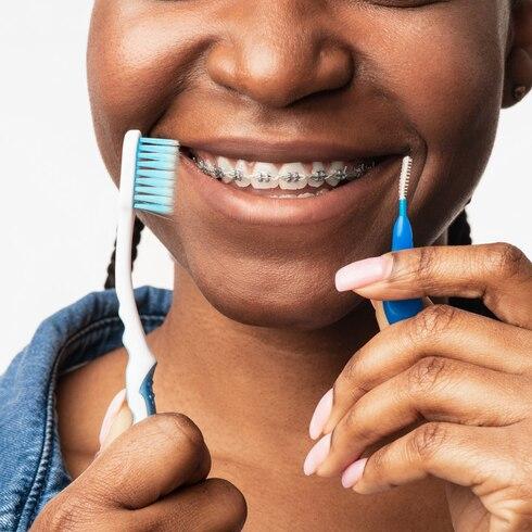 Si tienes brackets, así debes limpiarte los dientes