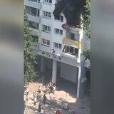 Valiente momento: dos niños escapan del fuego