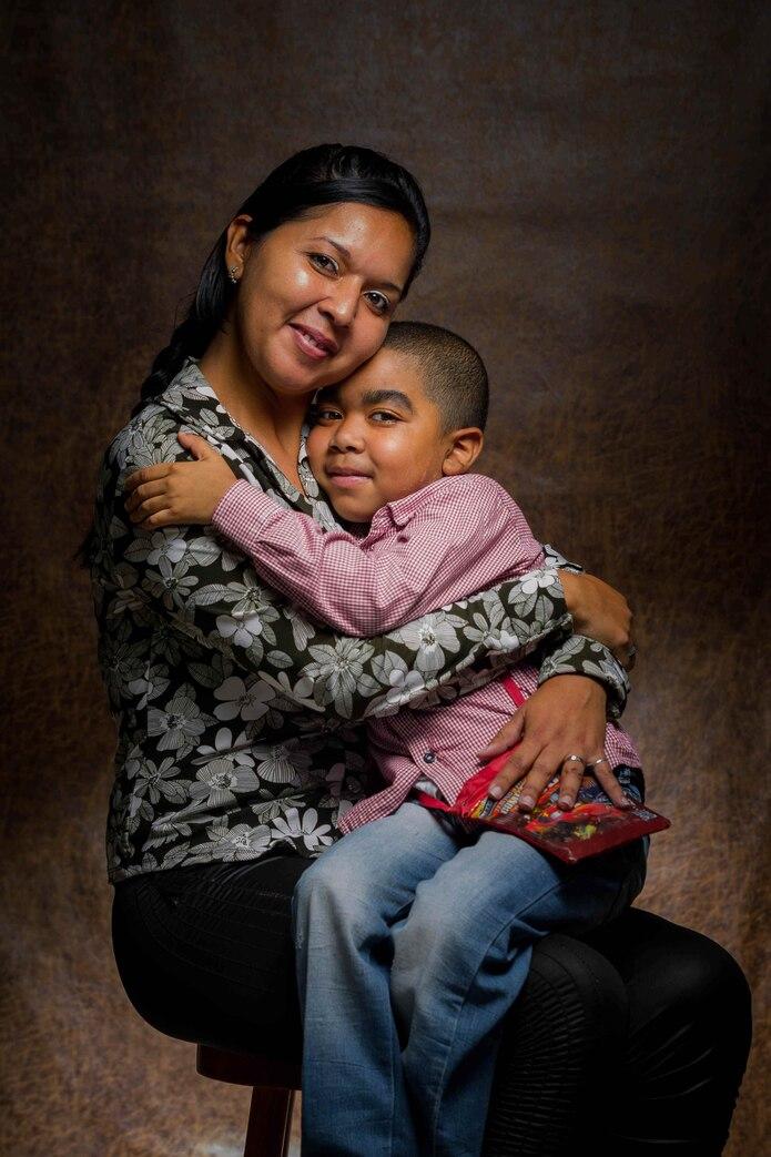 Yelitza Parra y su hijo Alyeiner Moises, de siete años. Alyeiner ha sido diagnosticado con Aplasia medular severa y necesita constantemente tratamientos y transplantes, sobre todo plaquetarios. Derivado a su baja de defensas, también padece de Hepatitis C y síndrome de Cushing. Fue diagnosticado a los cuatro años de edad debido a exámenes de rutina en el colegio. (EFE)