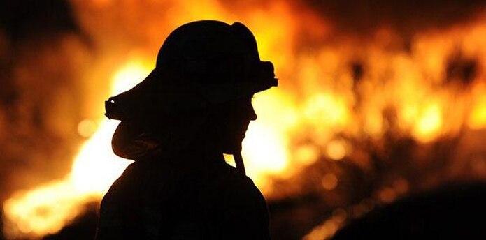 La casa rodante estaba envuelta en llamas cuando los bomberos llegaron al lugar el miércoles a eso de las 2:30 de la madrugada. (Archivo)