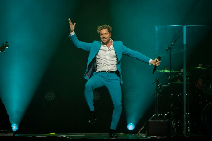 Un escenario sencillo fue suficiente para que el artista se luciera como el único elemento de color, al estar vestido con una chaqueta y pantalón a juego en tono azul turquesa en la primera parte del espectáculo.
