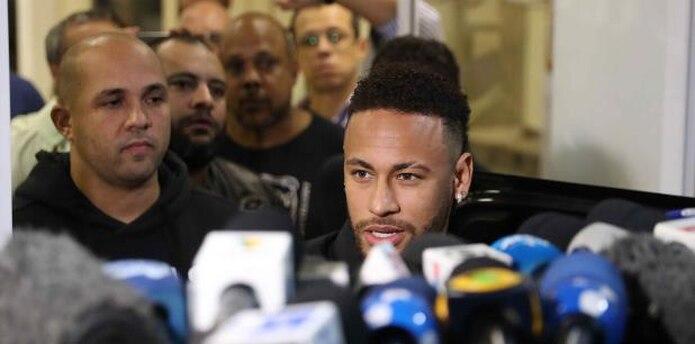 El jugador brasileño Neymar sale después de declarar en la Comisaría de Represión de Crímenes de Informática. (EFE)
