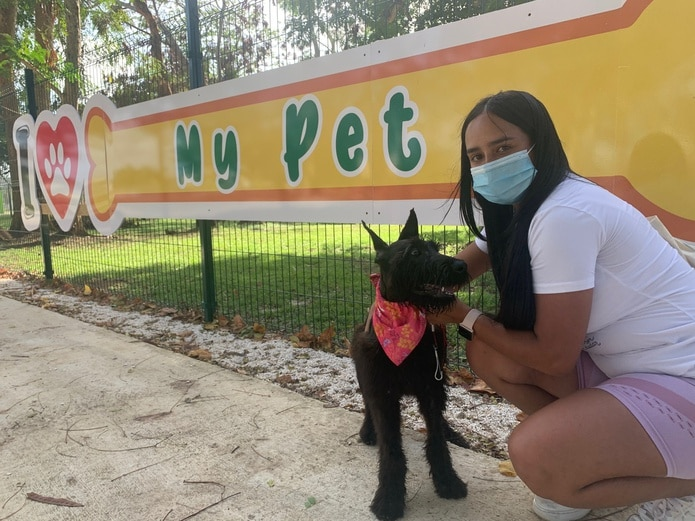 Zoé Concepción frecuenta el parque como parte de su entrenamiento a la perra schnauzer Lupe.