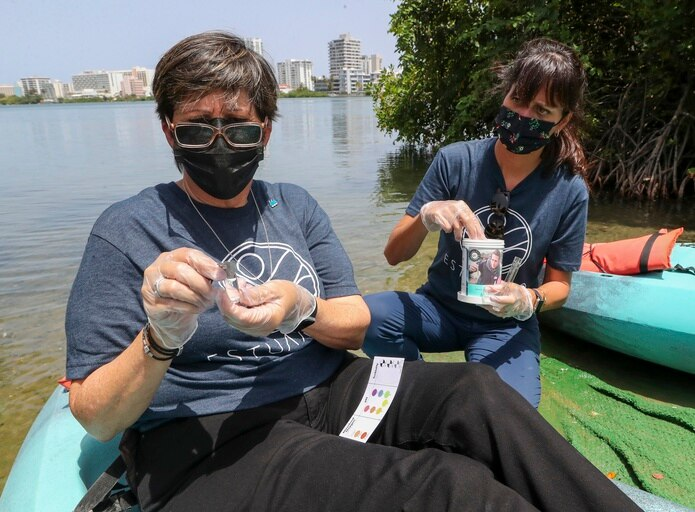 La presidenta ejecutiva de la AAA, Doriel Pagán, y Brenda Torres, directora ejecutiva del Programa del Estuario de la Bahía de San Juan,  también participaron en el monitoreo.