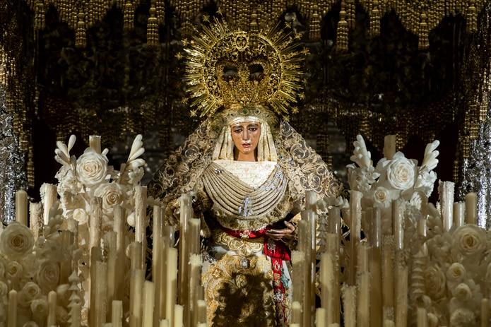 Vogue muestra en 126 países la Esperanza de Triana como icono de vestimenta.