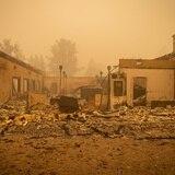 Nuevo incendio en California destruye más de 100 edificios y amenaza 7,000