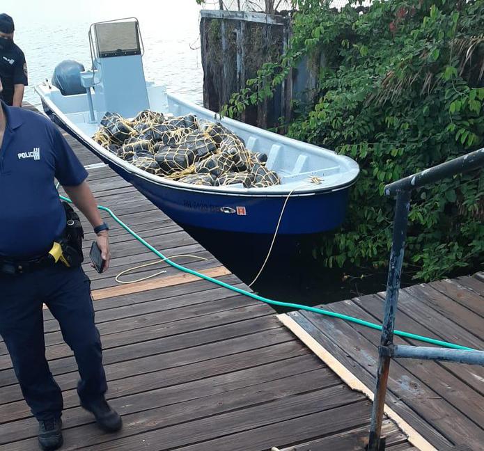 El Negociado de Fuerzas Unidas de Rápida Acción ocuparon un cargamento de cocaína en la playa del sector El Negro del barrio Camino Nuevo, en Yabucoa.