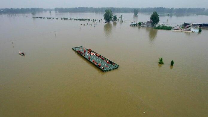 Rescatistas usaron retroexcavadoras y barcazas de goma para desalojar a residentes de áreas que todavía estaban bajo el agua.