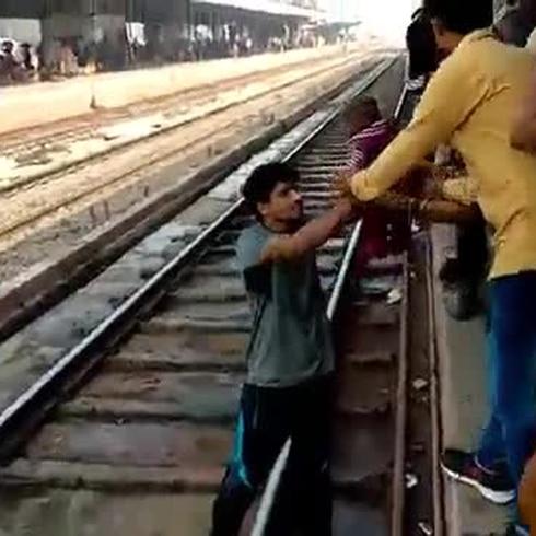 ¡Insólito! Una bebé sobrevive tras quedar atrapada debajo de un tren en India