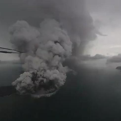 """Indonesia enfrenta una devastadora realidad por el tsunami """"volcánico"""""""