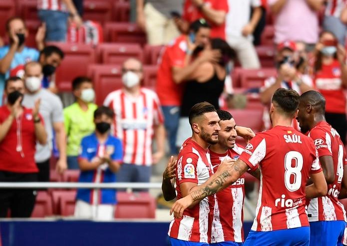 El delantero argentino Ángel Correa festeja con sus compañeros tras anotar el gol con el que el Atlético de Madrid derrotó 1-0 a Elche en la Liga española.