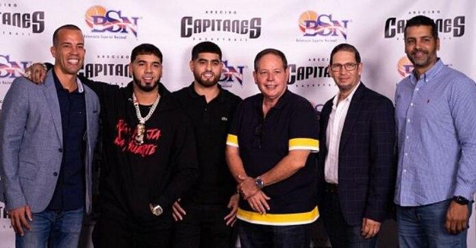 El artista se reunió con el dirigente Rafael Cruz (izquierda) y el antiguo dueño de los Capitanes Luis Monrouzeau.