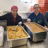 Titánica labor preparar almuerzos en el Complejo Ferial de Ponce