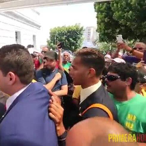 Manifestantes enfrentan a los legisladores en el Capitolio