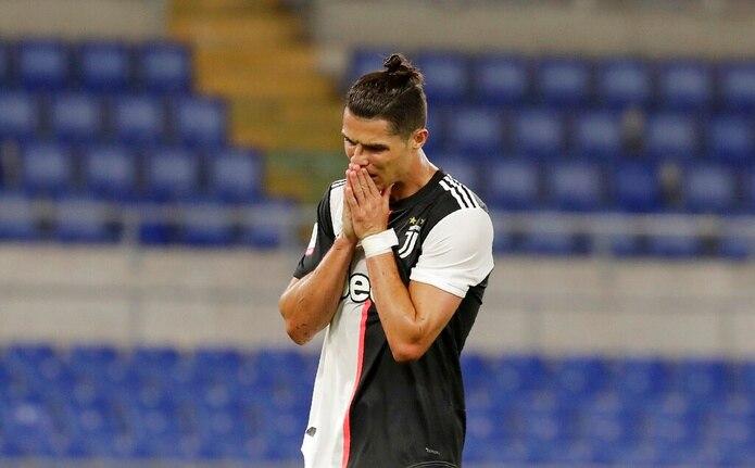 Cristiano Ronaldo de la Juventus reacciona tras fallar en la portería en la final de la Copa ante el Nápoles el  miércoles 17 de junio del 2020. El 18 de junio del 2020 Ronaldo está batallando para recuperar su famosa explosividad después de tres meses de paro por la pandemia de coronavirus.
