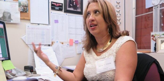La profesora Nancy Vicente imparte un curso sobre la filosofía de Star Wars. (daileen.rodriguez@gfrmedia.com)
