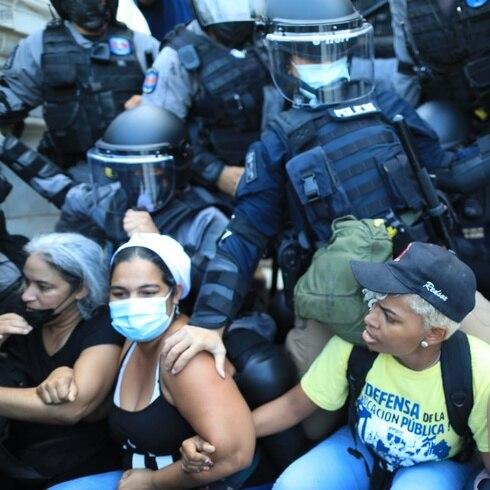 Encontronazo entre manifestantes y agentes en el Capitolio