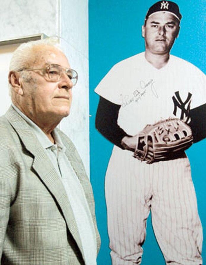 """Luis """"Tite"""" Arroyo tuvo una larga y destacada trayectoria en el béisbol. Arriba, junto a su foto en el Museo del Deporte en 2005. (Archivo)"""