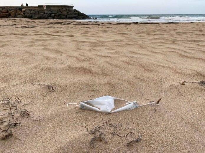 El domingo pasado, El Nuevo Día observó, al menos, tres mascarillas sobre la arena en la playa del Condado.