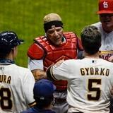 Interferencia de Yadier Molina por poco provoca una pelea entre los Brewers y los Cardinals