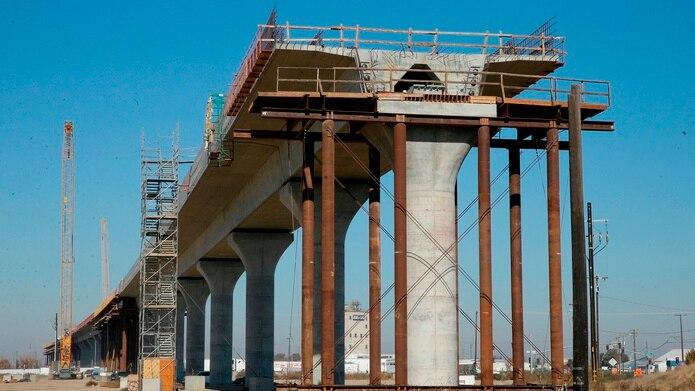 Fotografía de archivo del 6 de diciembre de 2017 que muestra una de las secciones elevadas de un tren de alta velocidad en construcción en Fresno, California. (AP Foto/Rich Pedroncelli, Archivo)