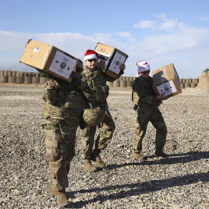 Los soldados recibieron botas navideñas llenas de dulces, artículos de aseo personal y otros obsequios. (AP / Farid Abdul-Wahid)