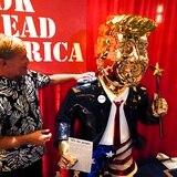 Trump dorado: así es la estatua que acapara la atención en la conferencia republicana