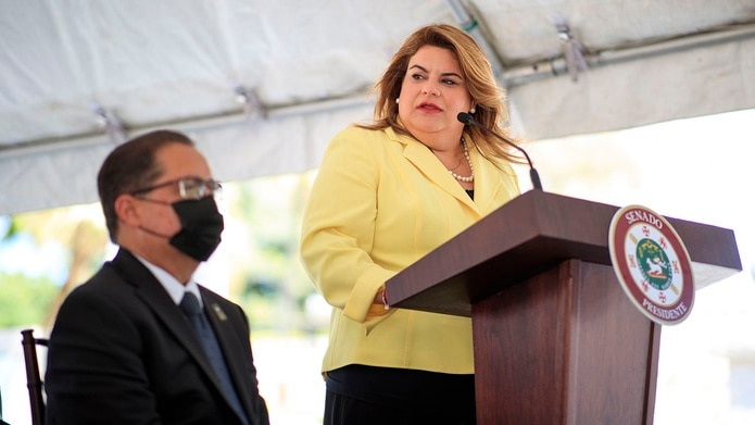 La comisionada residente Jenniffer Gónzalez junto al presidente del Senado, José Luis Dalmau.