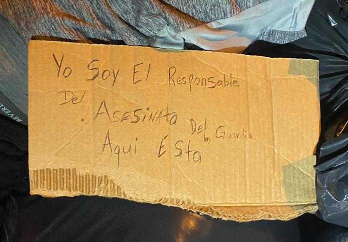 El cadáver de un hombre con impactos de bala fue localizado en un vertedero clandestino en la calle San José, cerca del residencial San Juan Park, en Santurce, con un rótulo encima que indica que fue el responsable de la matanza de tres agentes.