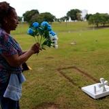 """""""Siempre lo recuerdo con mucho amor"""", dice mujer tras remozar tumba de su esposo"""