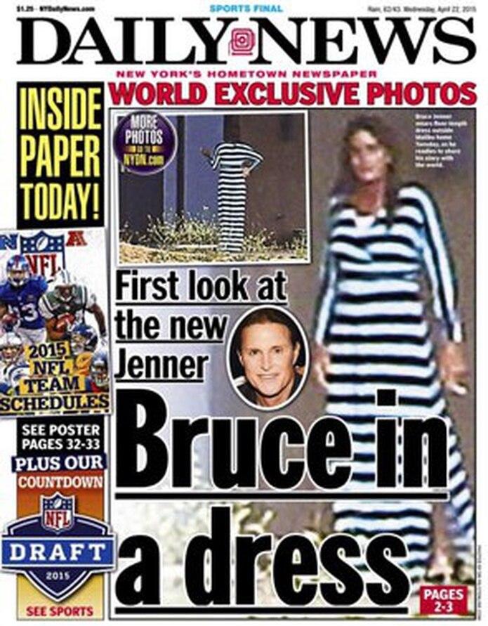Bruce Jenner fue fotografiado mientras fumaba en el patio de su mansión. (nydailynews.com)