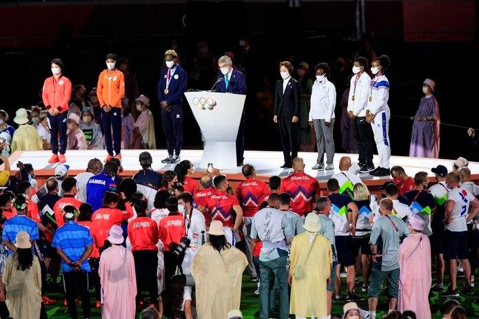 Jasmine Camacho-Quinn acompañó al presidente del Comité Olímpico Internacional, Thomas Bach, en la despedida de los Juegos de Tokio.